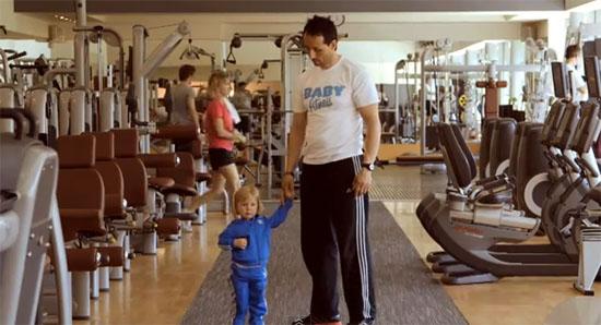 Bebê fazendo academia