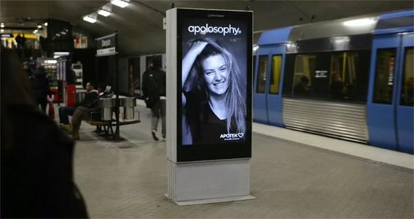 Anúncio de shampoo interagindo com metrô