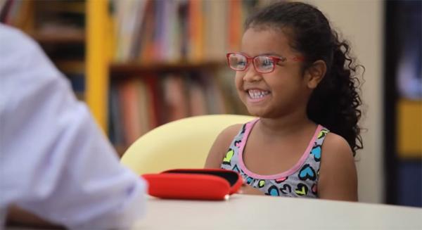 Ajudando crianças a enxergarem o mundo em HD