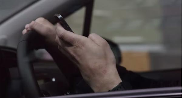 Anúncio de rádio efetivo contra dirigir com celular na mão