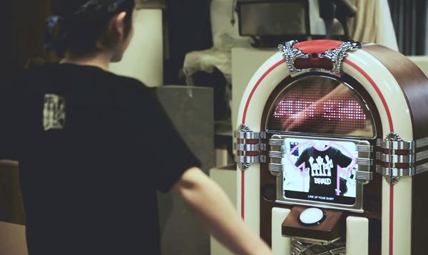 Jukebox que toca a música pela camisa